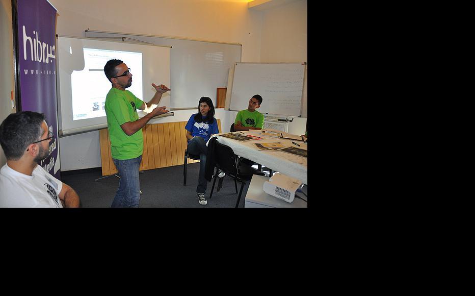 Ali Ghalmoush, digital media trainer discusses the Hibr newspaper. (Photo: Susanne Fischer)