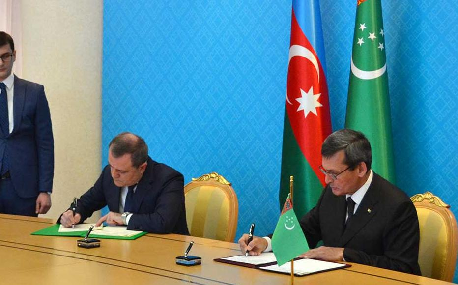 The ceremony of signing the memorandum by the head of MFA's of Turkmenistan and Azerbaijan in Ashgabat city.