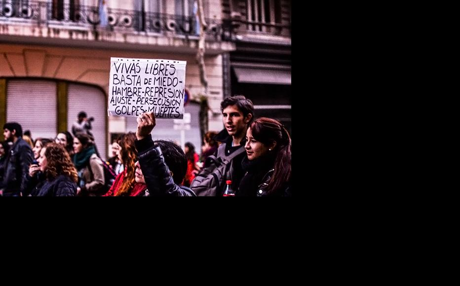 """""""Alive and free. No more fear, hunger, repression, financial adjustment, persecution, sexual abuse and deaths."""" During a feminist protest in Buenos Aires. (Photo: Wikimedia Commons)"""