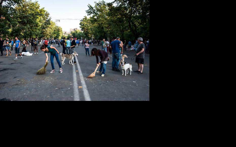 Protesters keep the street clean. June 26, 2015. (Photo: Nazik Armenakyan)