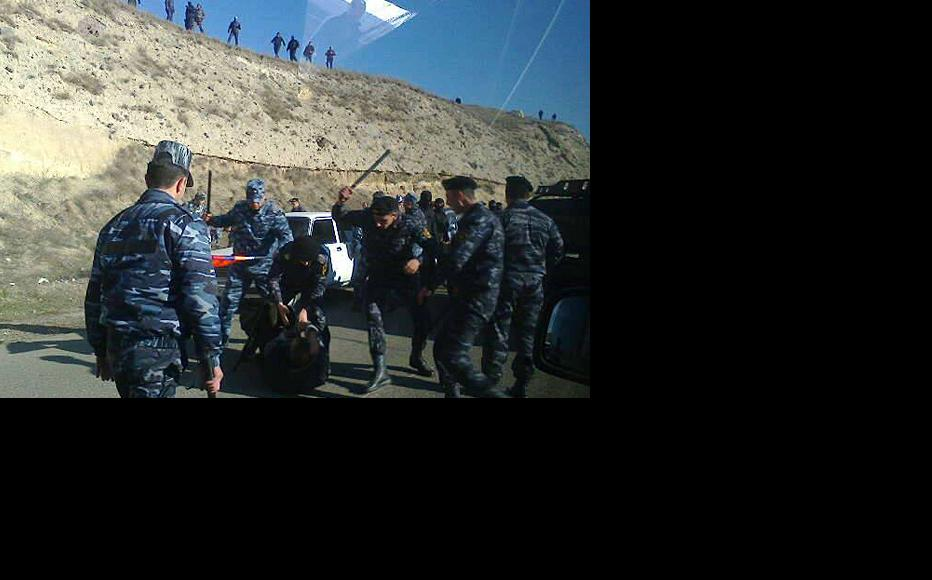Karabakh police stop the Armenian opposition convoy and assault participants. (Photo: Constituent Parliament)