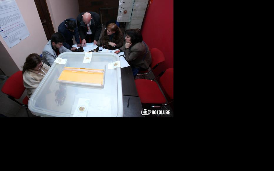 Counting votes in the Armenian referendum. (Photo: Photolure agency)