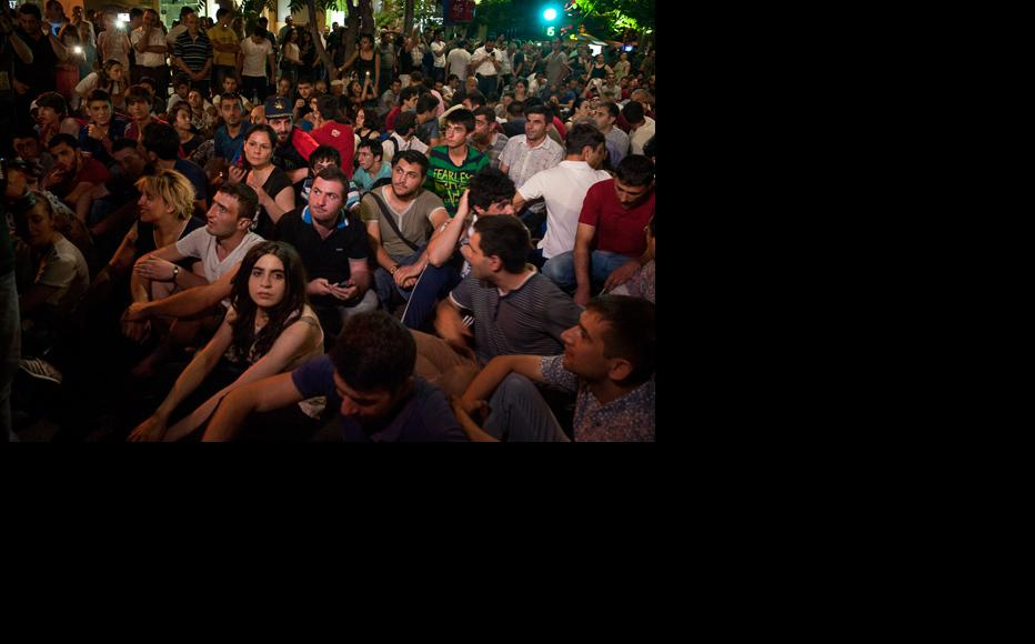 Sit-in protest in the centre of Yerevan for the right to peaceful rallies. (Photo: Nazik Armenakyan)