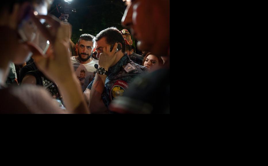Activists tried to negotiate with Yerevan´s Police Chief Ashot Karapetyan. (Photo: Nazik Armenakyan)