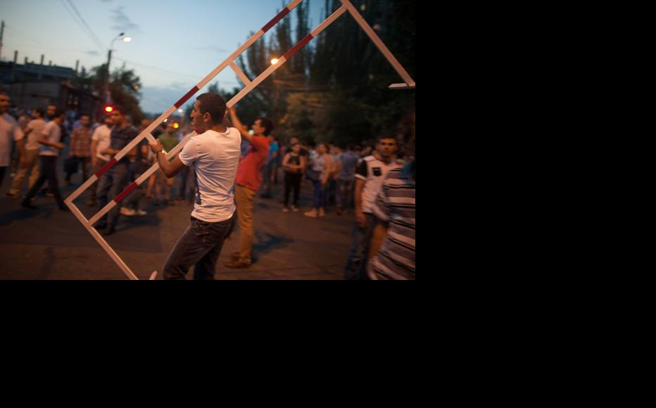 Activists set up barricades against the police. (Photo: Nazik Armenakyan)