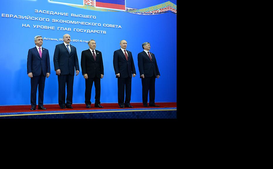 Kyrgyz president Almazbek Atambaev (right) with Nursultan Nazarbaev of Kazakstan, Russia's Vladimir Putin, Alexander Lukashenko of Belarus, and Armenian president Serzh Sargsyan at the Astana summit, May 29, 2014. (Photo: Armenian president's website)