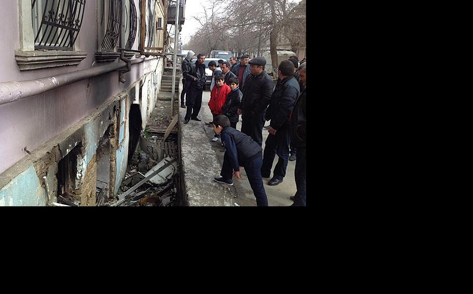 Onlookers examine the damage caused by a blast at the Azerbaijani Popular Front's headquarters in Baku. (Photo: Afgan Mukhtarli)
