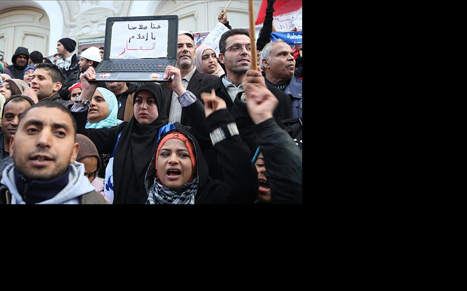 Ennahda supporters rally on the steps of Tunis' Municipal Theatre. (Photo: Rabii Kalboussi)