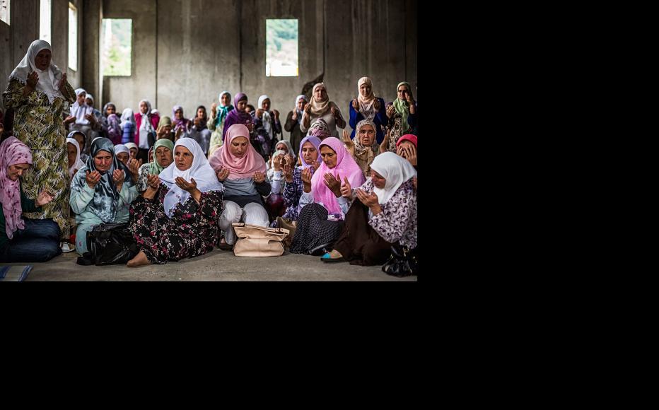Women pray at the Potocari memorial centre near Srebrenica on July 9, 2015 (Photo: Matej Divizna/Getty Images)