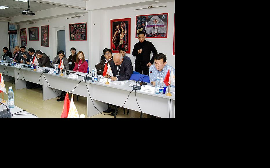 Freedom of speech in the internet age, a discussion in Bishkek attended by participants from across Central Asia. November 2009. (Photo: IWPR)
