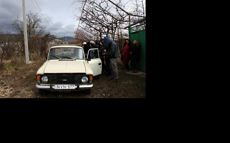 Interviewing a resident of Zardiantkari. (Photo: Giorgi Kupatadze/IWPR)