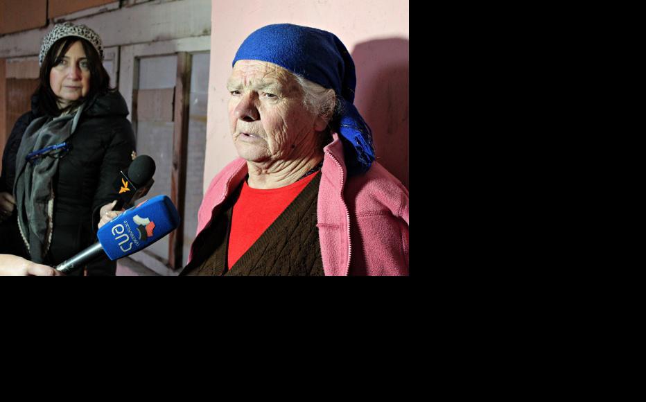 Leila Mklasvishvili, from Zardiantkari but still living in a kindergarten in Gori, shares her story with journalists. (Photo: Giorgi Kupatadze/IWPR)