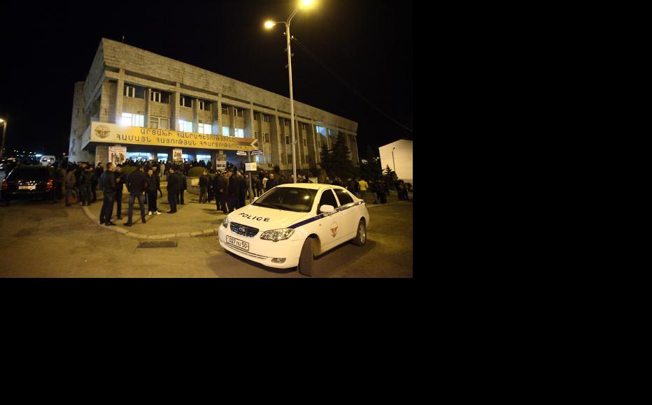 In the centre of the Karabakh capital of Stepanakert, men enlist as volunteers. (Photo: Photolure Agency)