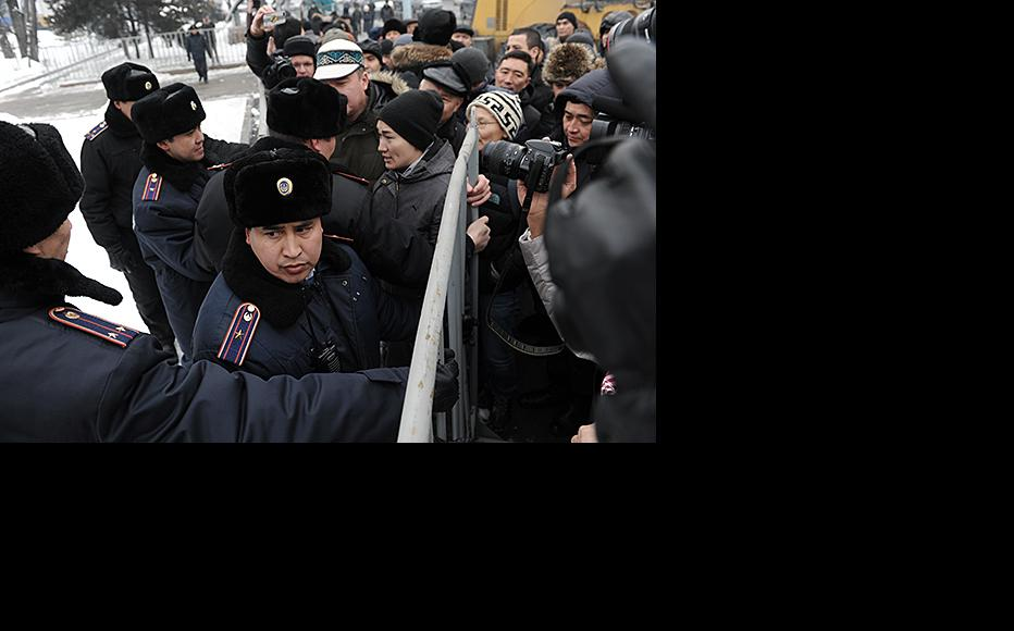 The protesters are contained by uniformed officers. February 15, 2014. (Photo: Vladimir Tretyakov)