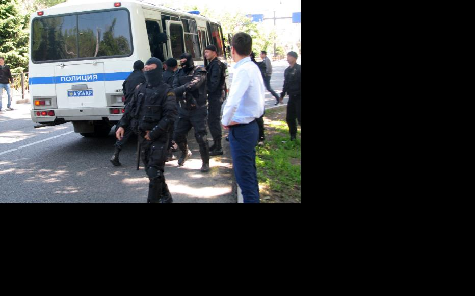 Special police forces arrive on the scene. (Photo: Andrei Grishin)