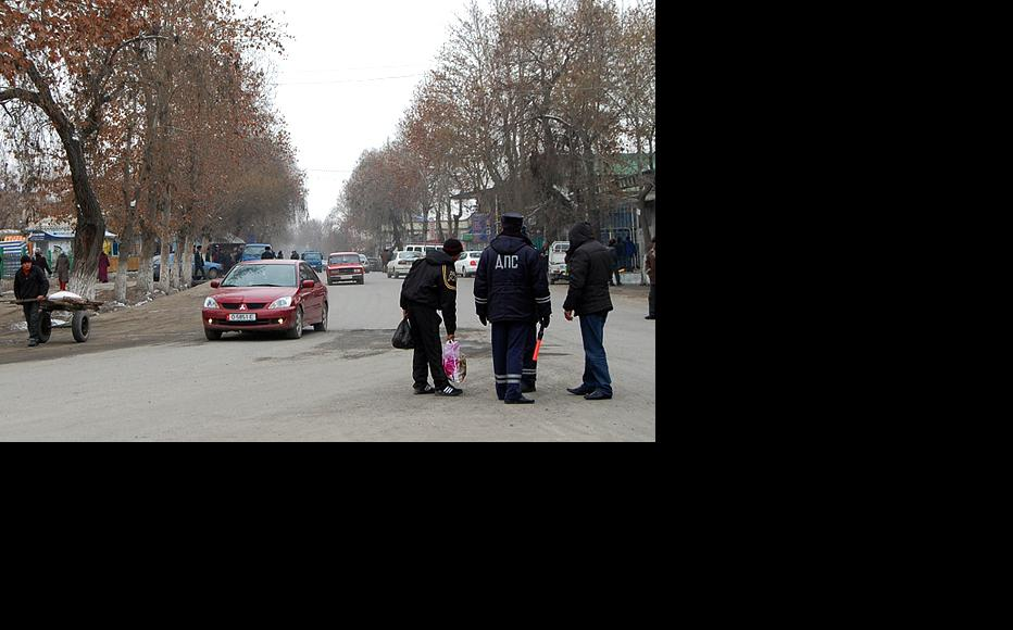 A traffic policeman on Nookat's main street as a semblance of normality returns. (Photo: Ernist Nourmatov)