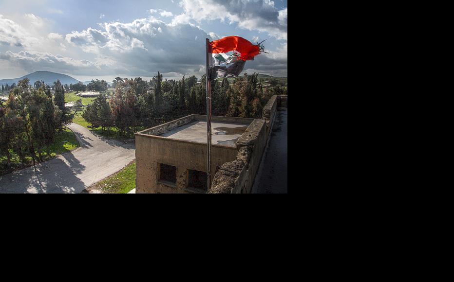 Syrian flag in the largely destroyed and abandoned city of Quneitra, taken in 2010. (Photo: Ed Brambley/Flickr)