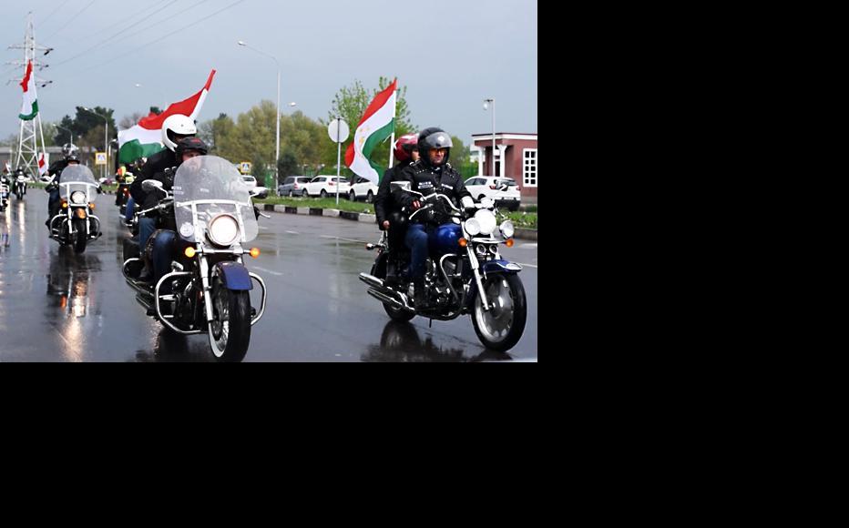 Bike Opening 2016: Bikers ride along Dushanbe's avenues with Tajik flags. (Photo courtesy of Tajik bikers)