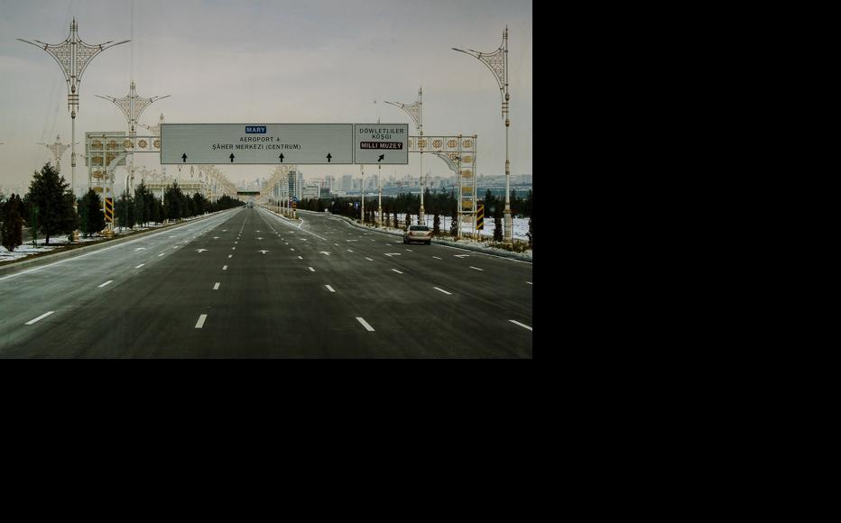 A central highway in Ashgabat. (Photo: Helen Stevenson)