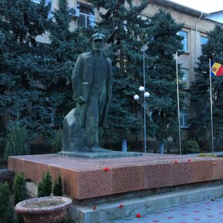 The statue of Vladimir Lenin in front of the office of the Chairperson of the Autonomous Territorial Unit of Gagauzia and the People's Assembly.