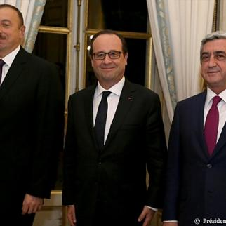 French president Francois Hollande with Ilham Aliyev of Azerbaijan (left) and Serzh Sargsyan of Armenia (right). (Photo: French president's office)