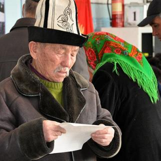A voter in Balykchi during local elections held in March 2012. (Photo: Zamandash website)