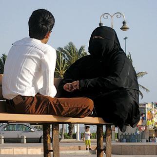 A couple sit on a bench on the cornice of the Saudi city of Jeddah. (Photo: Evita Webfotos/Flickr)