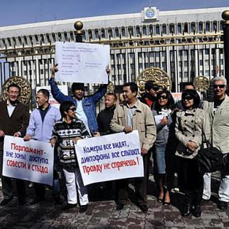 Journalists protest outside Kyrgyz parliament, October 1, 2012. (Photo: Grigory Mikhailov)