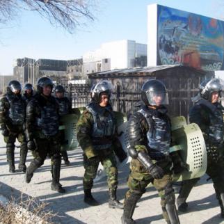 Riot police patrol Janaozen, December 2011. (Photo: Serik Kovlanbaev)