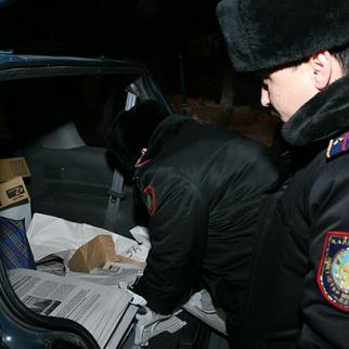 Police in Almaty confiscate copies of the Golos Respubliki newspaper overnight on January 13-14. (Photo: Serik Kovlanbaev)