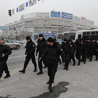 Police arrive in central Almaty to disperse a protest about currency devaluation. February 15, 2014. (Photo: Vladimir Tretyakov)