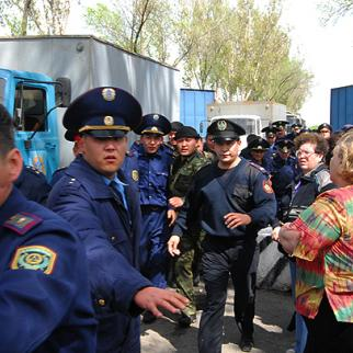 Defendants accused of torture are driven away from the Zarechny prison after the trial court spent a day cross-examining inmates brought as prosecution witnesses. (Photo: Alexei Smirnov)