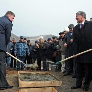 Kyrgyz president Almazbek Atambaev (r) and Evgeny Dod (l), former head of RusGidro, at the launch of the Higher Naryn project in 2013. (Photo: Press service of the President of Kyrgyz Republic)