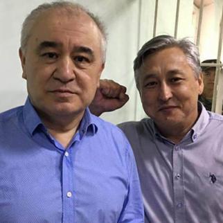 Omurbek Tekebaev (left) and Duishonkul Chotonov in the court room. (Photo: kloop.kg)