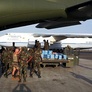 Malian troops collect supplies from German military freight plane. (Photo: Bundeswehr/Flickr)