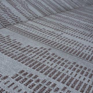 Srebrenica massacre memorial - the wall of names. (Photo: Wikimedia)