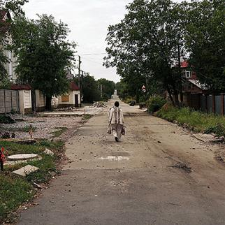A woman walks through Donetsk, many residents of which have now left. Picture taken September 11, 2014. (Photo: Spencer Platt/Getty Images)