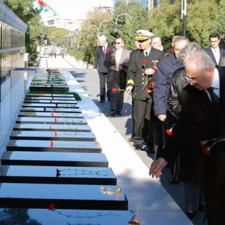 Turkish defence minister Vecdi Gonul pays his respect at Baku's Avenue of Martyrs. (Photo: Jasur Sumerinli)