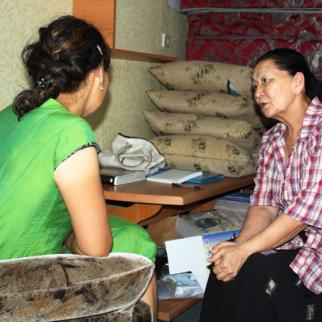 Bubusara Ryskulova, head of the Sezim crisis centre, talks to a woman who is seeking help. (Photo: Jyldyz Albanova)